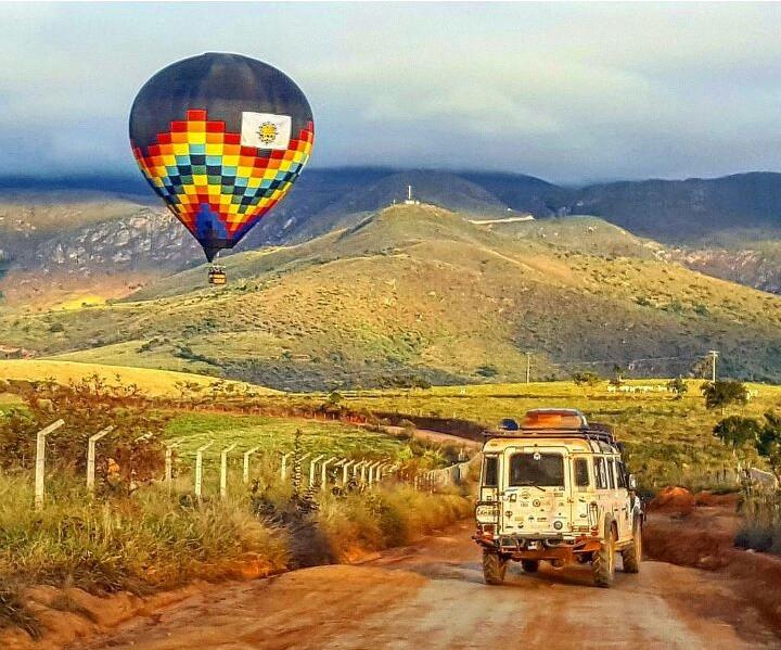 Land Rover seguindo o balão de ar quente na serra da canastra