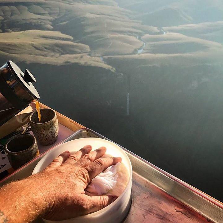 queijo e cafe em um voo de balão