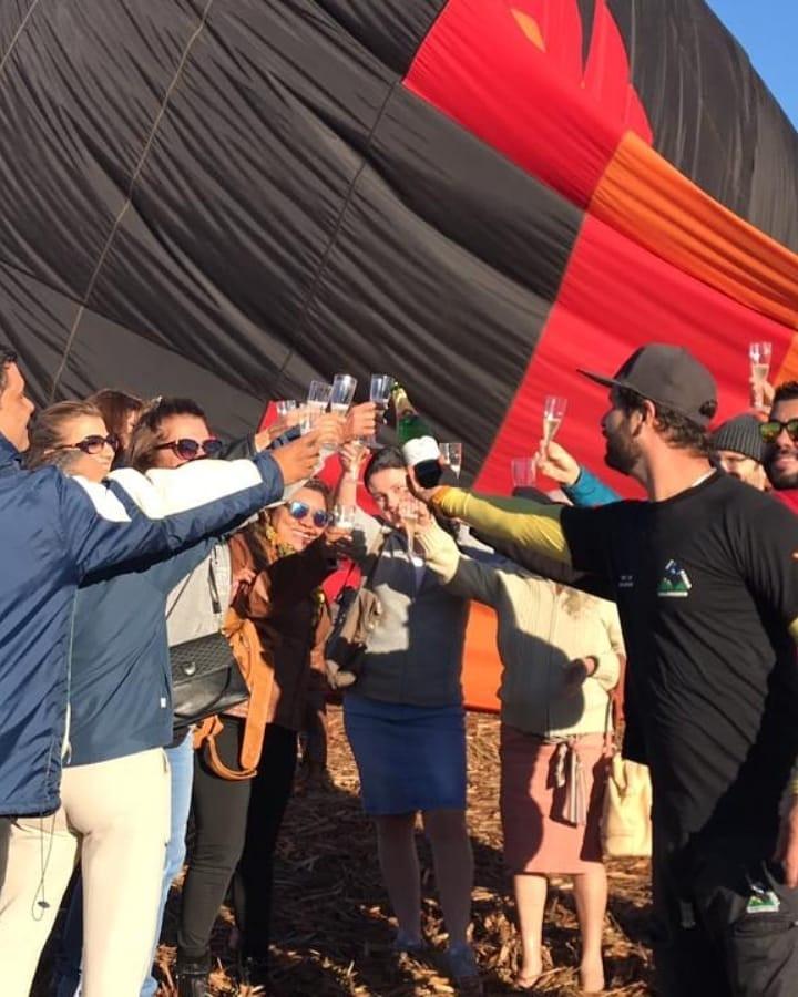 Tradição do balonismo, o brinde com Champanhe Monte Paschoal em Ribeirão Preto apos o voo de Balão