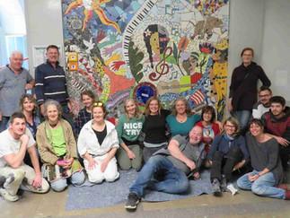Modul 9: Auftragsbezogenes Arbeiten –  Anbringung des Wandmosaiks in der Gertrud Bäumer Schule