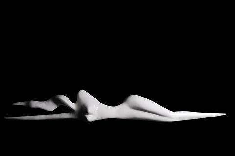 Sculpture en résine femme allongée
