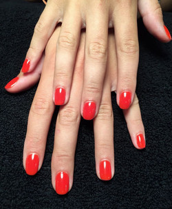 ongles rouges Allegrini Coiffure