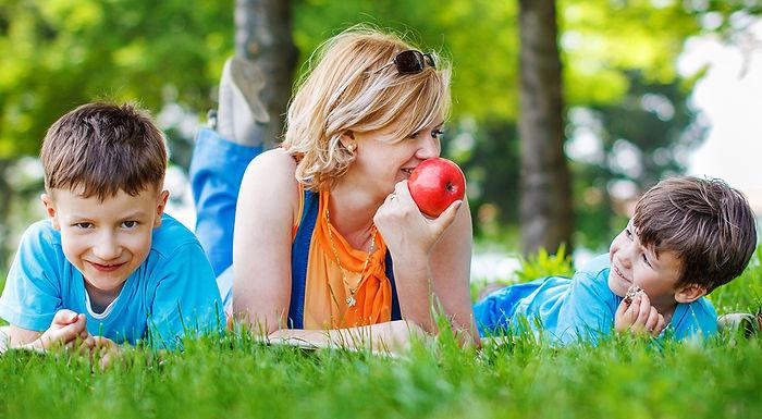 мальчик, мама, яблоко, трава, лужайка