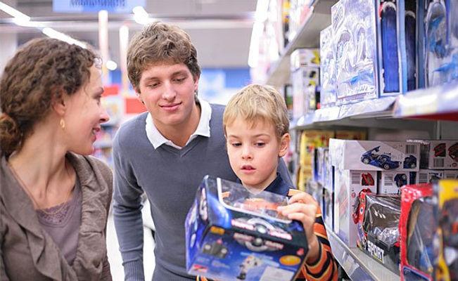 родители, мама, папа, сын, ребенок, магазин игрушек, игрушка