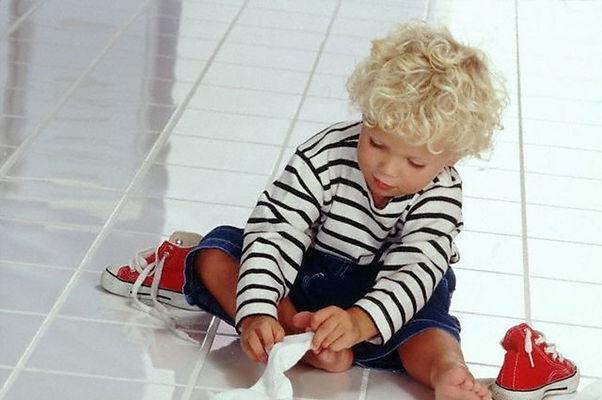 мальчик одевается, кроссовки