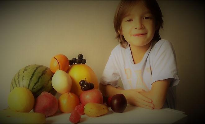 мальчик,фрукты