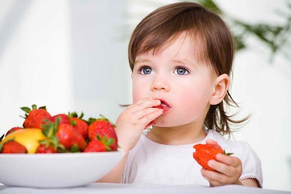 девочка, клубника, ребенок ест, девочка ест