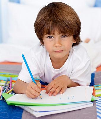 мальчик, рисование, карандаш, лежит на полу