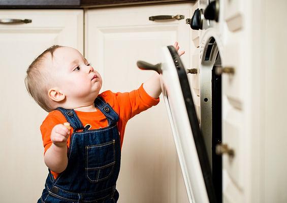 малыш открывает стиральную машину, малыш, ребенок, стиральная машина