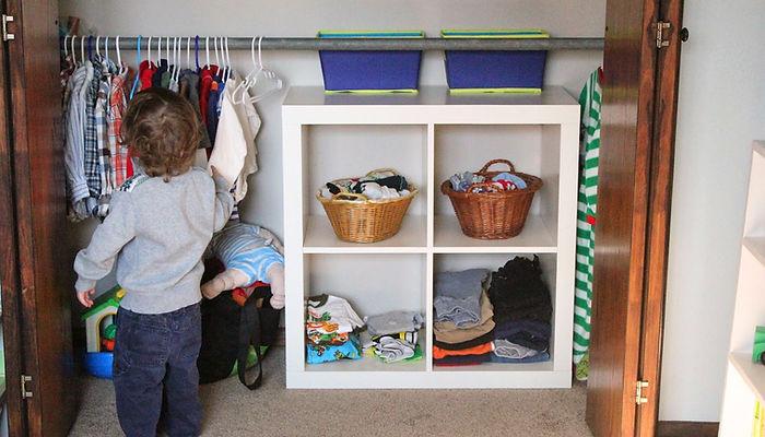 малыш вешает одежду, шкаф, деская комната