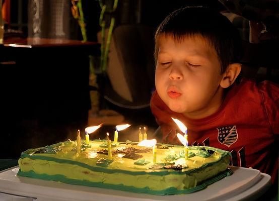 именинный торт, свечи, день рождения, мальчик задувает свечи