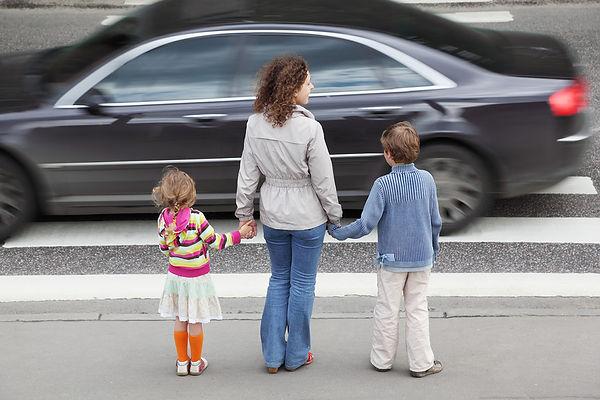 мать, дочка, сын, дети, дорога, пешеходный переход, переходят дорогу