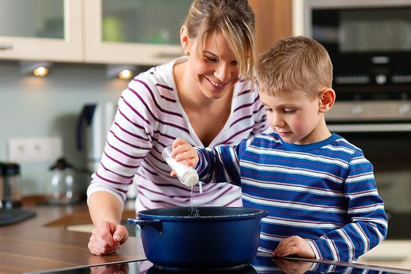 мама, сын, кухня, кулинария, приготовление пищи, соль, кастрюля