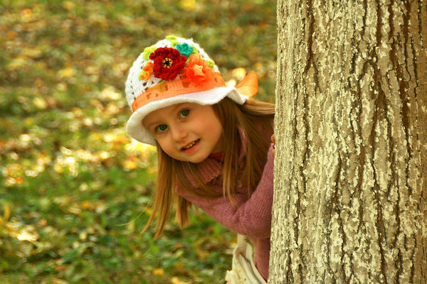 девочка, дерево, шляпка, девочка в шляпе