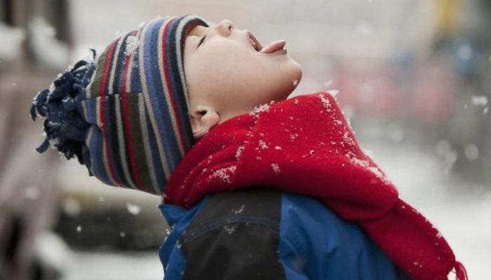 мальчик, шарф, шапка, снег, язык, глотаетт снег