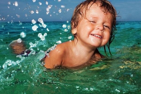 ребенок в море, мальчик в море