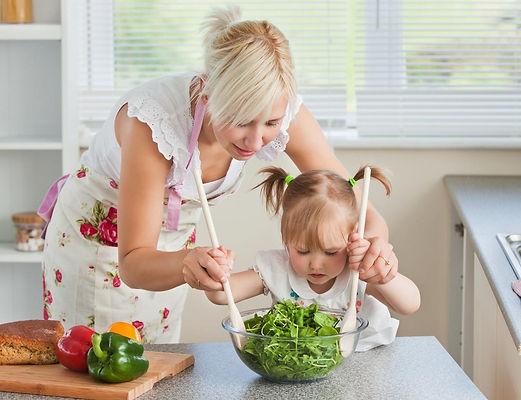 мама, девочка, дочка, дочь, салат, готовят салат