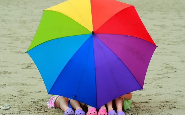 дети под зонтиком, дети на пляжн