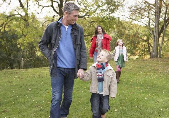 семья на прогулке, мама, пара, дочь, сын, прогулка