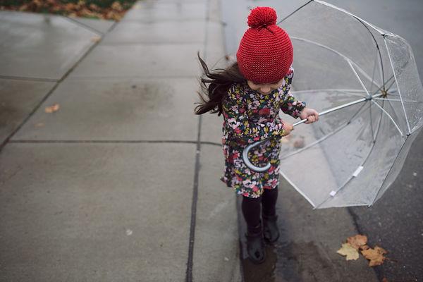 девочка, зонт, ветер, шапка, осень, листва