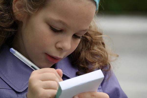 девочка пишет, блокнот