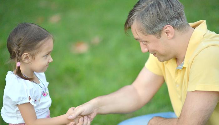 девочка жмет руку папе, дружба, дружба папаы и дочери, дочь, отец