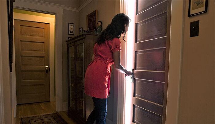 женщина входит в дверь, мама входит в дверь