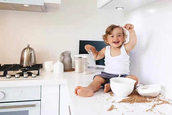 малыш устроил бардак на кухне, малыш, кухня