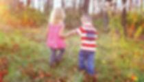 мальчик, девочка, дети, лес, дети в лесу, держатся за руки, мальик и девочка в лесу