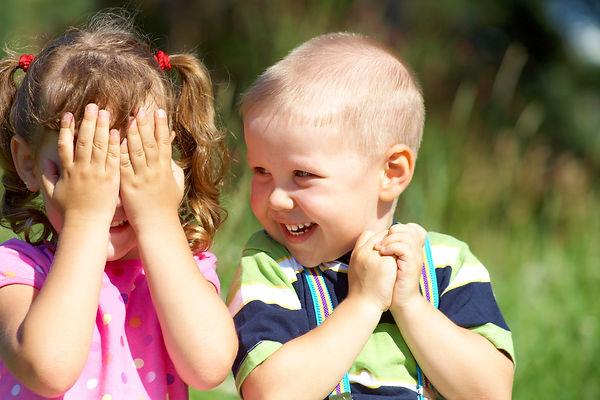 девочка, мальчик, дети, игра, эмоции, радость, ладошки, закрывает лицо