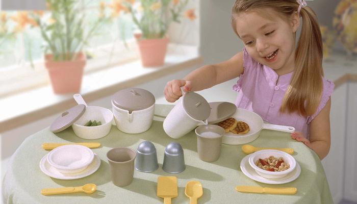 девочка сервирует, сервировка, сервиз, девочка, накрывает на стол, разливает