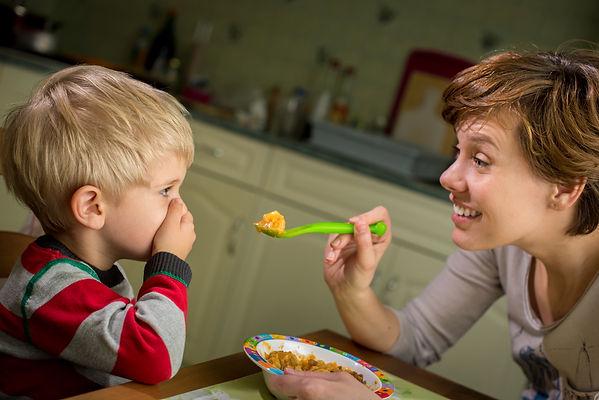 мальчик, мальчик не ест, мама кормит