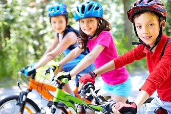 дети на велосипедах, дети в шлемах