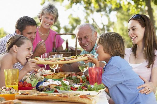семья, дети, родители, пицца, сад
