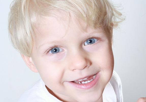 мальчик говорит, мальчик, блондин, голубые глаза