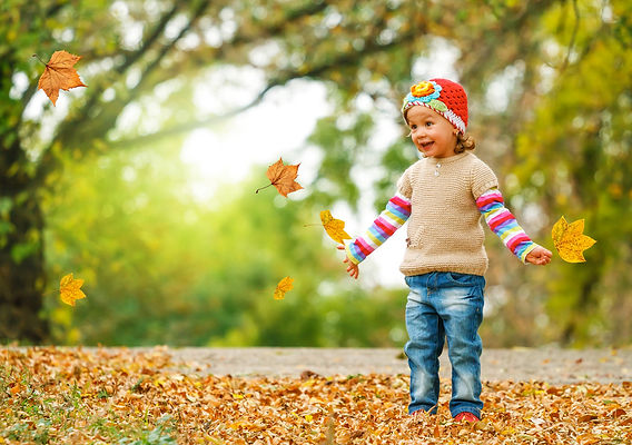 девочка, опавшие листья, осень, радость