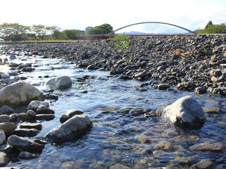 ふれあい大橋と流れる水