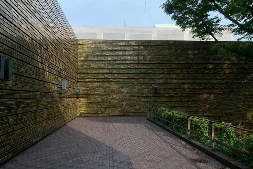前川建築 中庭タイル