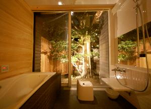 中庭に面した浴室