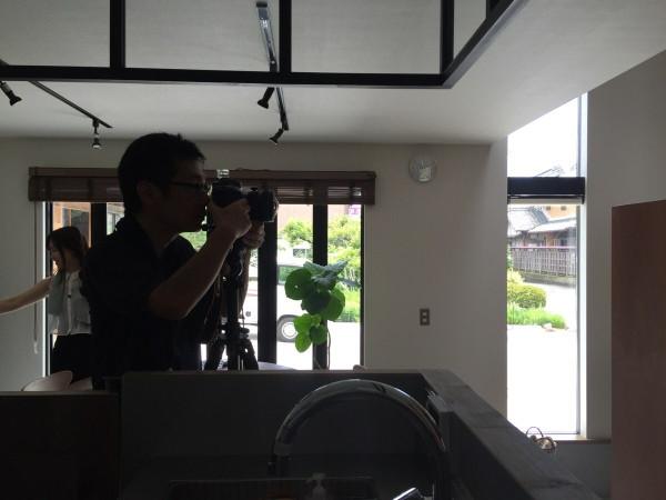 カメラマン建築竣工写真撮影中