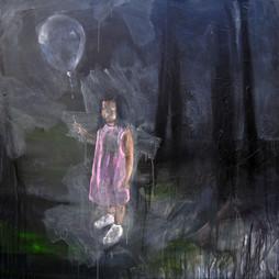 Petite fille étrange avec le ballon