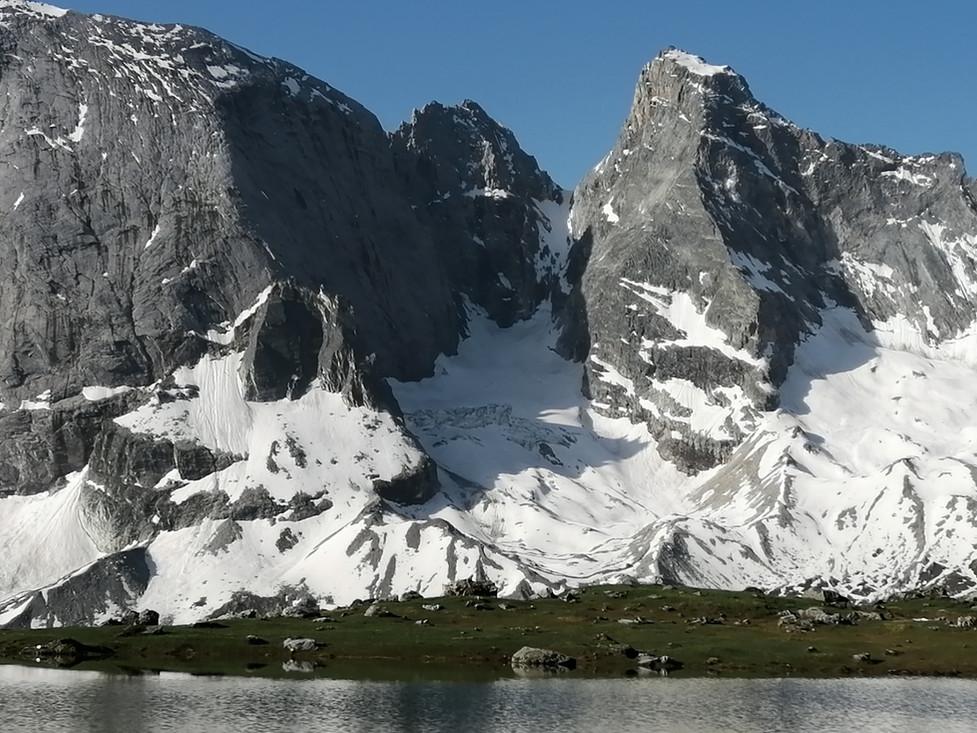 L'Epéna à gauche, la Grande Glière à droite, au centre le couloir Nord