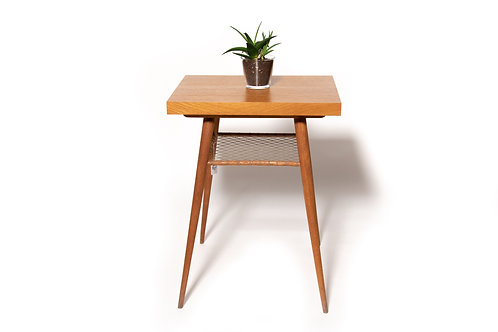 Tisch mit Ablage