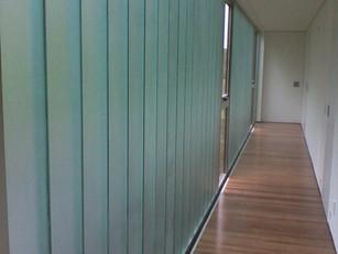 Residência ganha iluminação e privacidade através do envidraçamento Profilit.