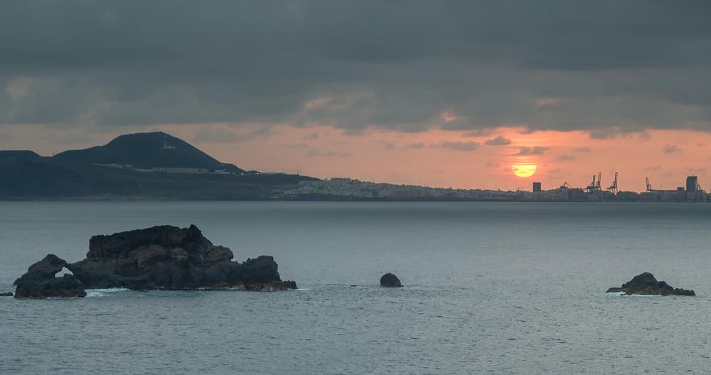 Amanecer de Las Palmas de Gran Canaria desde La Carraqueña, Arucas, con El Roque de Punta de Arucas por medio