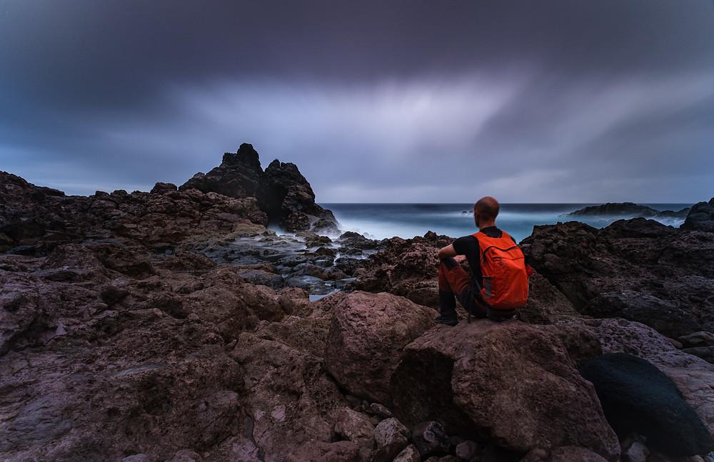 Fotografía artística bufadero de Punta la Salina. Zona volcánica de la costa de Arucas. Cielo dramático. Iván Cárdenes Fotógrafo Modelo.