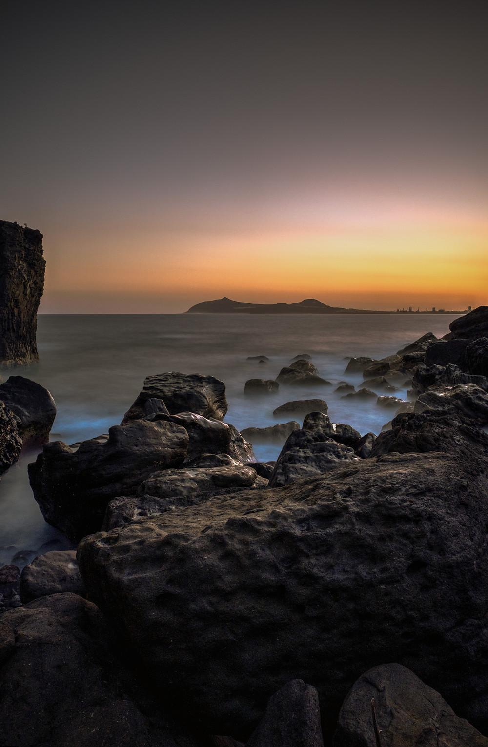 Impresionante fotografía de amanecer en la playa de Punta de Arucas, costa norte de Gran Canaria