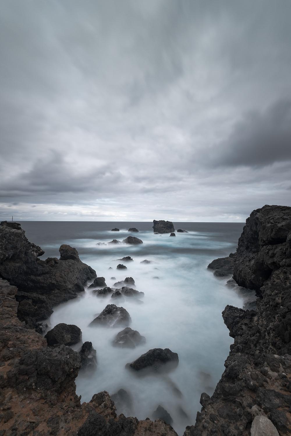 Hilera de piedras desde El Roque, en Punta de Arucas, costa norte de Gran Canaria