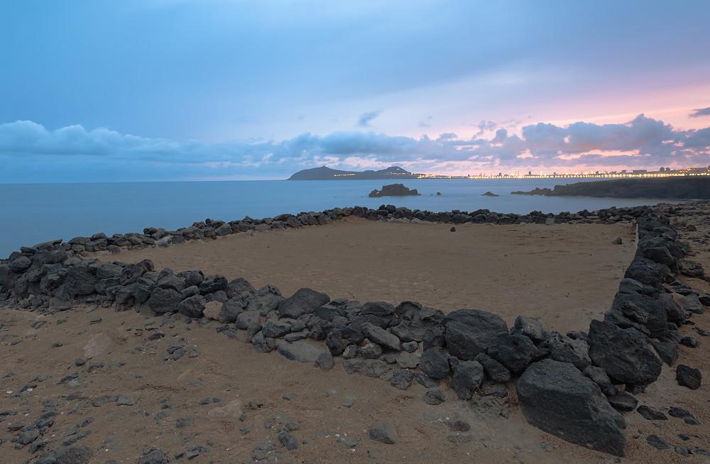 Fotografía del amanecer en una pequeña salina abandonada en La Carraqueña, costa de Arucas. Debajo de la carretera del norte. Las Palmas de Gran Canaria Iluminada