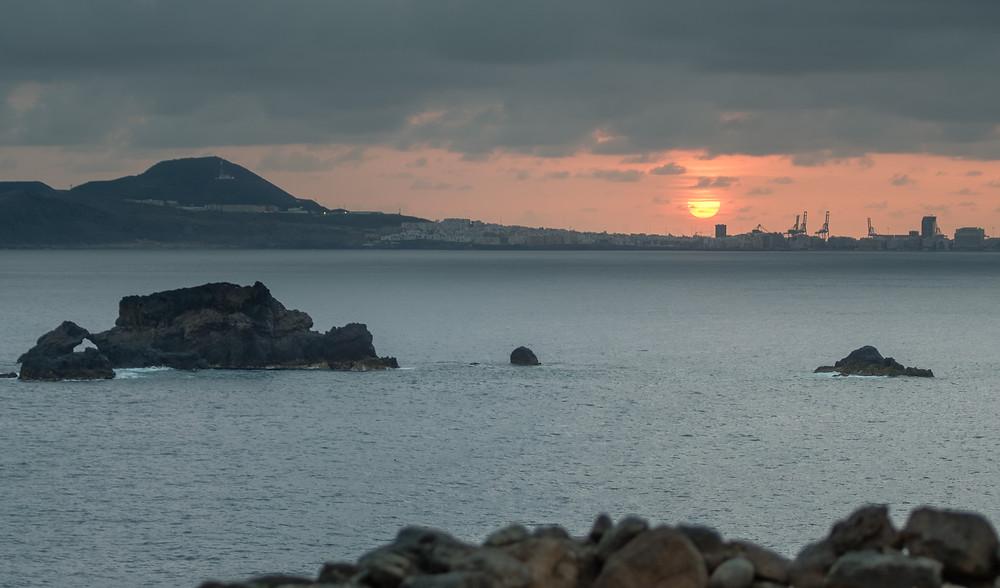 Puesta de sol espectacular desde La Carraqueña, costa de Arucas. Debajo de la carretera del norte